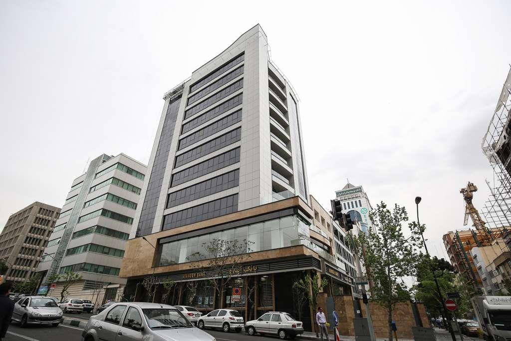 تصویری از نمای جنوب غربی ساختمان در روز