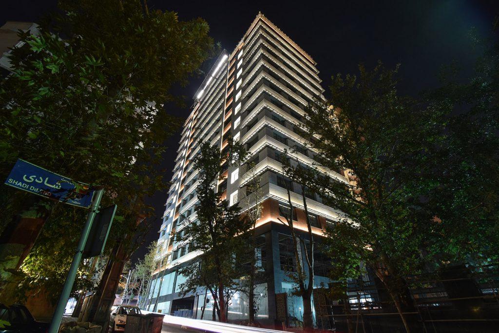 نمای جنوب غربی پروژه ستاره ولنجک در شب